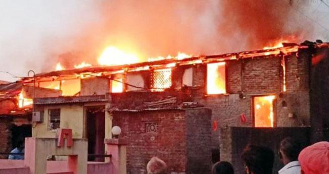 पती- पत्नीच्या भांडणात लागली दहा घरांना भीषण आग>